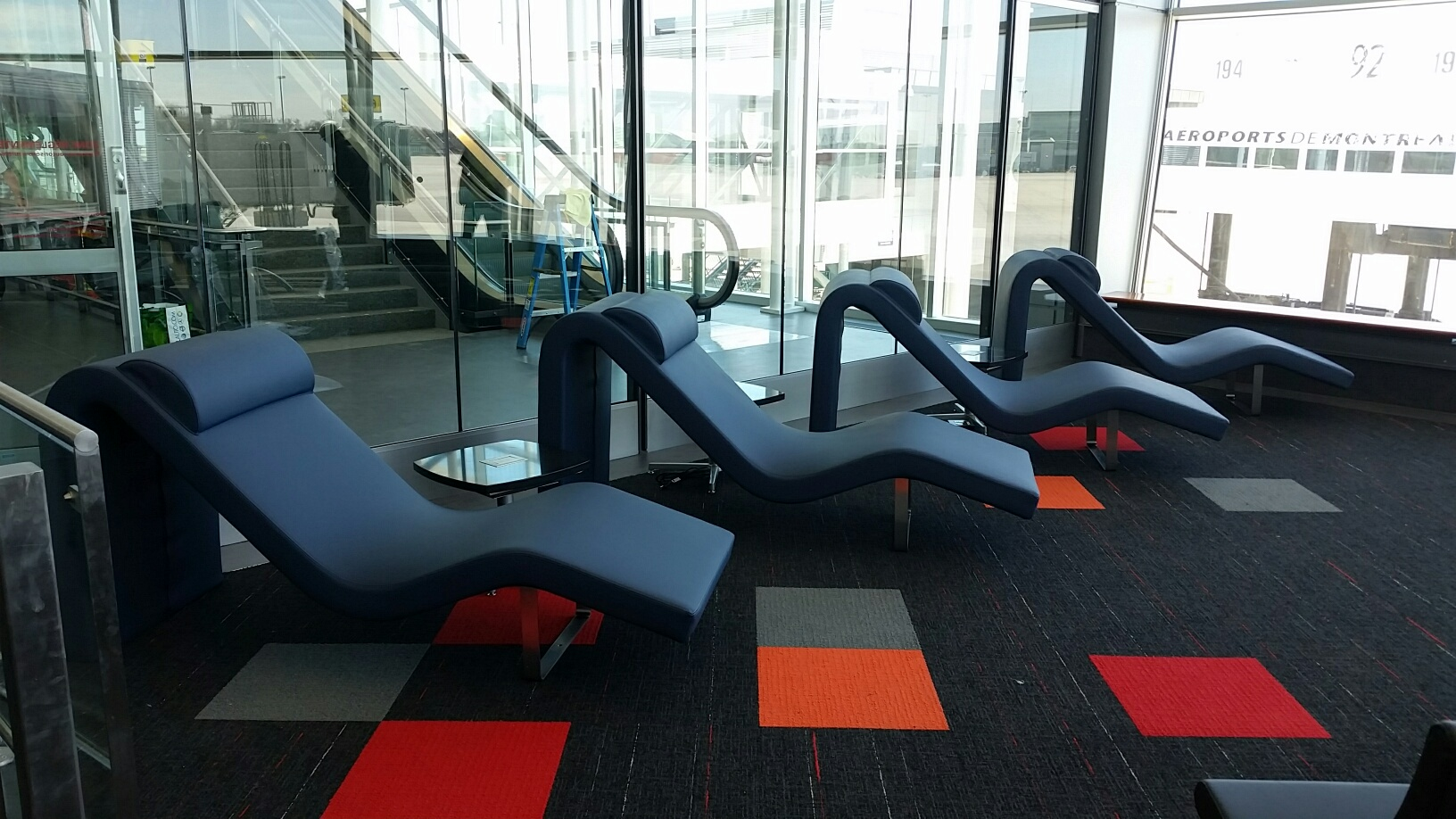 Social space aquest design for Chaise design montreal