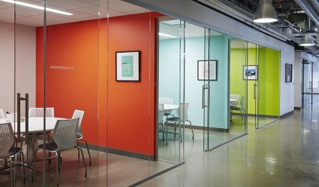 Open office – Meeting – Coloured calls – Glass partitions – Sliding glass door – Open ceiling – Industrial floor