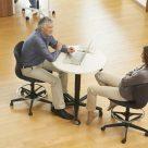 Aquest_Design-RondoLift-Table-Assis-Debout